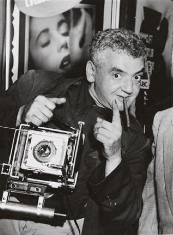 1940-ais Weegee trūko pinigų, todėl jis bandė įsidarbinti vestuvių fotografu, tačiau buvo priverstas tos minties atsisakyti, nes neturėjo tinkamo kostiumo.