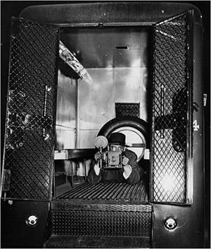"""""""Policijos vagonas - mano studija"""" - Weegee, 1938"""