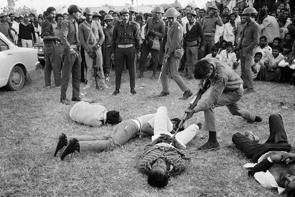 1971m. gruodžio 18 file Horst Faas ir Michel Laurent nuotrauka. Naujo nepriklausomo Bangladešo Gorilos Dakoje kankino ir nužudė keturis vyrus įtariamus bendradarbiavus su Pakistano milicija