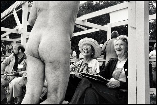Tai nudistas Bakersfield, California, 1953. Nuotrauka padaryta renginio Misteris Nudistas metu. Šis dalyvis bando paveikti teisėjus. Jis pralaimėjo. Elliott Erwitt