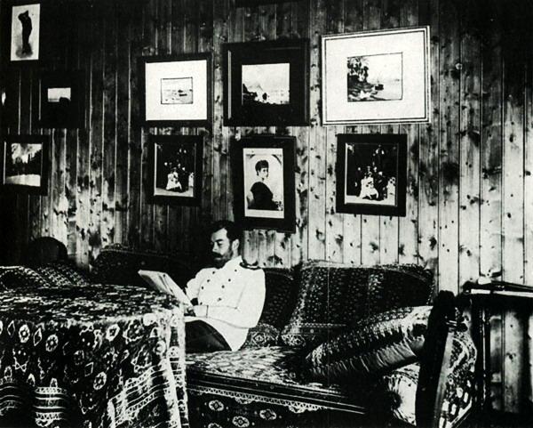 Nikolajus II savo kabinete Medžiotojų namelyje, 1901