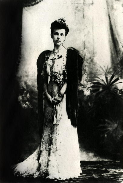 P.A. Stolypino duktė vilkinti balinę suknelę, 1900